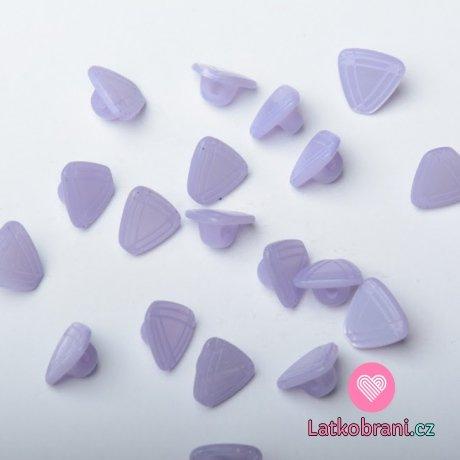 Knoflík ve tvaru trojúhelníku, po stranách rýhovaný fialový