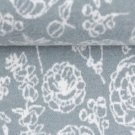 Žakárový úplet bílé obrysy květin na modro-šedé