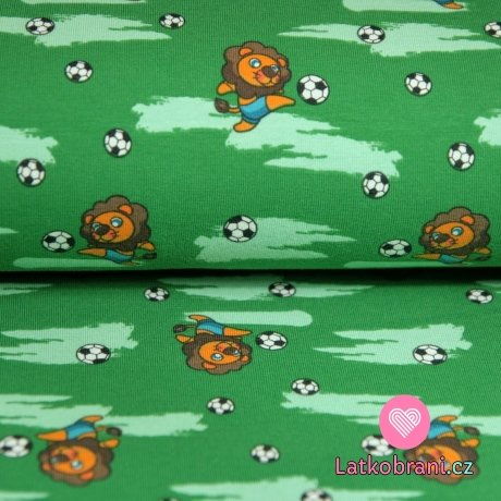 Úplet lvíček s fotbalovým míčem na zelené světlejší