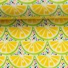 Úplet potisk limetky mezi barevnými puntíčky