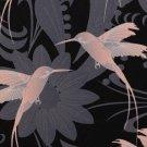 Softshell potisk růžový kolibřík na černém podkladu s šedými květy