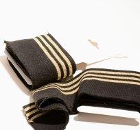 Náplet kusový tři zlaté proužky na černé 135 cm