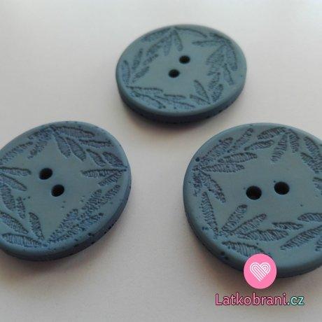 Knoflík s vyrytými lístečky světle modrý