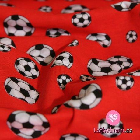 Úplet fotbalové míče na červené