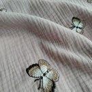 Dvojitá gázovina / mušelín starorůžový s výšivkou motýla