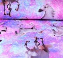 Úplet digitisk bílý kůň na duhové obloze