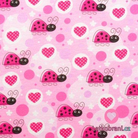 Bavlněný úplet berušky mezi srdíčky a puntíky na růžové
