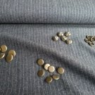 Metalické knoflíčky na jeans bavlně se stříbrnými proužky
