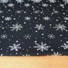 Bavlněný úplet sněhové vločky na tmavě modré