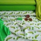 Zelené housenky na bílé