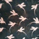 Úplet potisk pudrově růžový kolibřík na tmavém květinovém podkladu