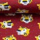 Úplet potisk šťastní tygříci mezi nepravidelnými puntíky na  červené