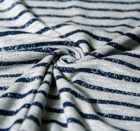 Úplet tahy štětcem tmavě modré na šedé melé