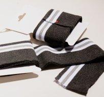 Náplet kusový tmavě šedé melé do černa s bílými proužky a světle šedým 135 cm