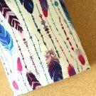 Teplákovina pírka fialková, modrá na téměř bílém podkladu