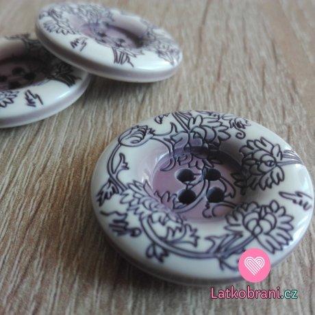 Knoflík bílo - fialový s fialovými květinovými ornamenty