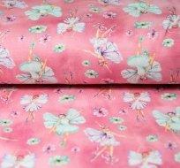 Úplet motýlí víla v květinách na růžové