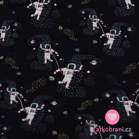 Úplet potisk kosmonauti svítící ve tmě na tmavě modré navy