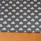 Úplet malé plachetnice na šedé