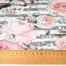 Úplet rozkvetlé růže na šedých proužkách