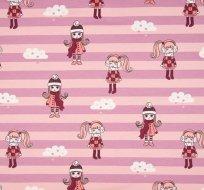 Úplet holčička v zimním obleku na růžové