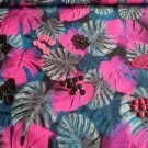 Mix knoflíčků mezi tropickými listy