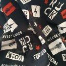 Úplet potisk rock style nápisy a hudební nástroje na černé