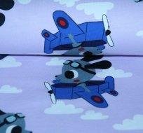 Úplet pejsek v letadle na pastelově fialkové