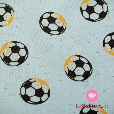 Úplet potisk fotbalové míče na světle modré melé